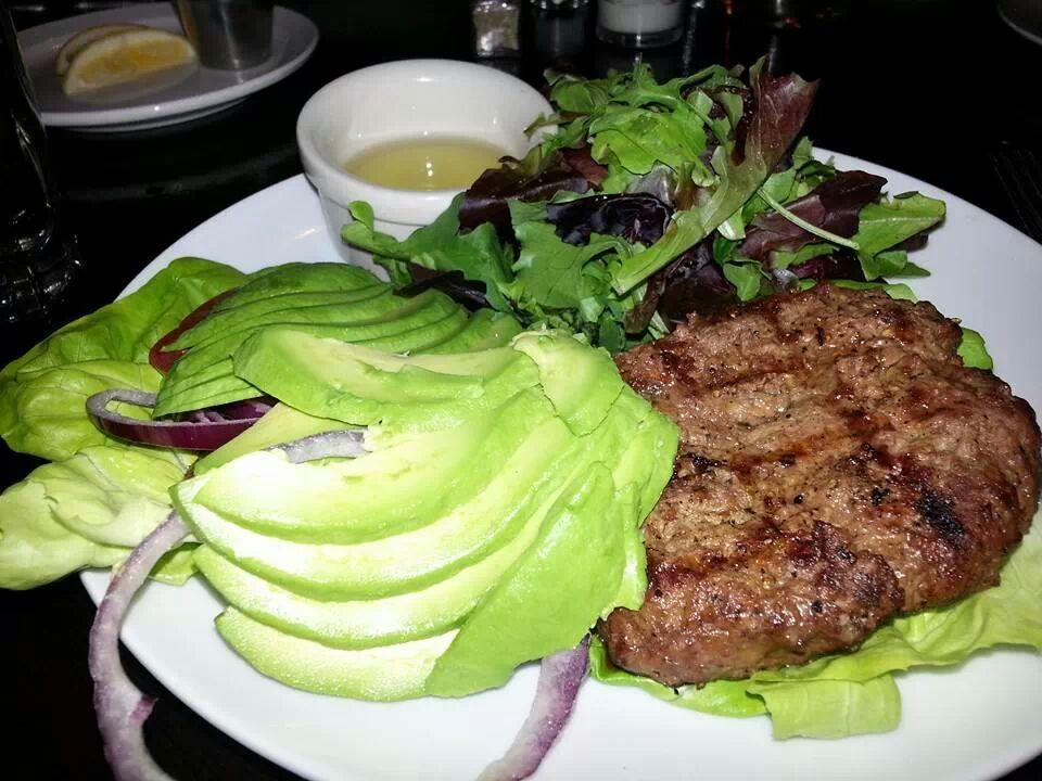 Grillbøf med avocadso og grønt