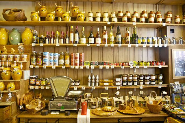 Alle ingredienserne til en lækker olie/eddikedressing er på hylden her i Nice, Frankrig.