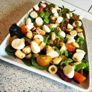 Babysalat med oliven, mini mozzarella og chili hvidløg